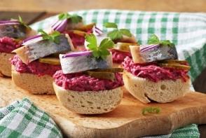 Sandwich-uri cu hering si salata de sfecla