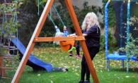 Alla Pugaciova, in ipostaze rare! Se joaca alaturi de copii, in curtea casei sale. Uite cum arata Garry si Liza de aproape - VIDEO