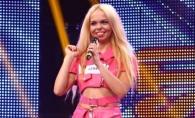 O blonda care arata ca Barbie a lesinat pe scena de la X Factor! Crezi ca s-a prefacut sau chiar i-a fost rau? VIDEO