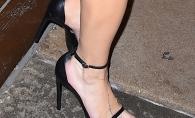 Si-a chinuit picioarele intr-o pereche de sandale prea mici! Cine e vedeta care s-a facut de ras cu incaltarile sale - FOTO