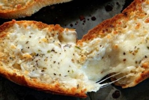 Paine cu usturoi si mozzarella
