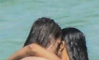 Poze incendiare! O celebra actrita  a fost pozata in timp ce isi facea  de cap cu sotul ei in apele calde ale oceanului - FOTO