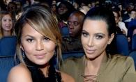 Alb sau negru? Kim Kardashian si Chrissy Teigen s-au afisat cu niste decolteuri de infarct - FOTO