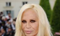 Donatella Versace este mereu criticata pentru felul in care arata. Vezi cum arata acum dar si inaintea operatiilor estetice - FOTO