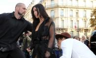 Kim Kardashian, sarutata pe posterior chiar pe covorul rosu! Vezi cine nu a mai putut rezista - FOTO