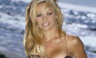 Pamela Anderson, bomba sexy la 50 de ani! Vedeta a pozat in lenjerie intima - FOTO