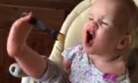 Aceasta micuta fara maini a impresionat intreaga lume! Afla adevarul dureros din spatele acestor imagini - VIDEO