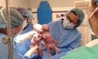 Imaginile gemenelor care s-au nascut tinandu-se de mana au facut inconjurul lumii! Iata cum arata acum micutele - FOTO