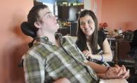 Poveste emotionanta de dragoste. El a stat in coma cateva luni de zile, iar iubita sa i-a fost mereu alaturi. Dupa 3 ani s-a intamplat un miracol - FOTO