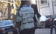 Si-a lipit bani pe sacou si i-a invitat pe trecatori sa ia atat cat le trebuie. Ce a urmat a ajuns viral - VIDEO