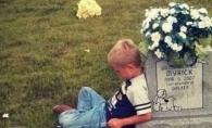 Imaginea cu acest baietel s-a viralizat imediat. De ce sta lipt de o piatra funerara si povesteste ce a mai facut