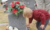 Emotionant pana la lacrimi. Motivul pentru care un baietel isi viziteaza fratele geaman la cimitir de sarbatori - VIDEO