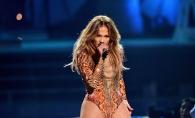 Are 47 de ani, dar arata si se imbraca mai ceva ca o pustoaica!  Jennifer Lopez de Ziua Indragostitilor s-a intrecut pe ea insasi - FOTO