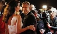 Amal Clooney si-a etalat pentru prima oara burtica de gravida. Cum a fost surprins cuplul Clooney pe covorul rosu - FOTO