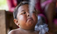 Il mai tineti minte pe baietelul care fuma 40 de tigari pe zi? Cum arata astazi, dupa 8 ani