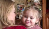 Fetita Karizmei este numai zambet! Zici ca-i un personaj din desene animate - VIDEO