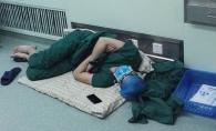 Imaginea aceasta cu un chirurg dupa operatie a devenit virala. Barbatul merita tot respectul - FOTO