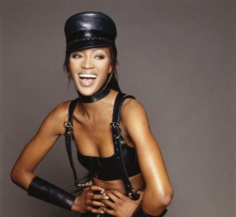 Naomi Campbell a lansat flip-flops cu tocuri imense. Ai putea sa te deplasezi cu ele?