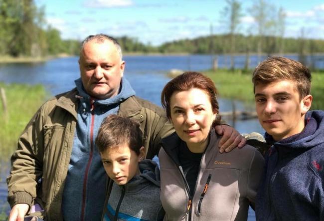 Igor Dodon, la pescuit impreuna cu familia sa. Se pare ca seful statului nu a fost prea afectat de glumele lui Vladimir Putin - VIDEO