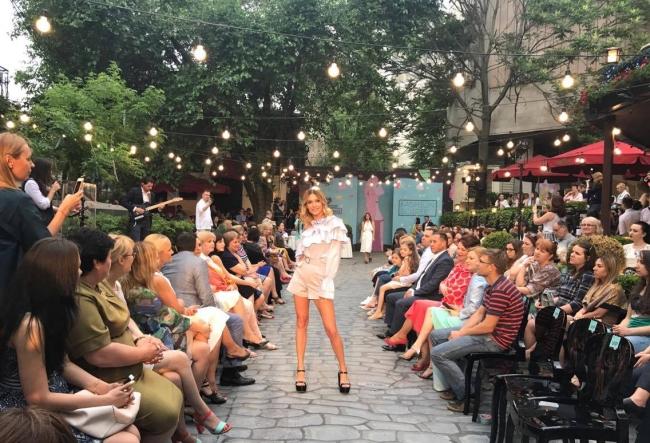 Vedete, politicieni, diplomati si modele, toti sunt prezenti azi la cel mai fresh eveniment al verii, Fashion Soiree. Iata cum se desfasoara petrecerea - VIDEO