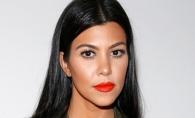 Are un corp fenomenal dupa 3 nasteri. Cum a fost surprinsa la plaja Kourtney, cea mai mare dintre surorile Kardashian - FOTO