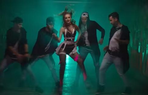 "Apare imbracata sumar si inconjurata de multi barbati. Vezi noul videoclip al Juliei Sandu, ""So Free"" VIDEO"