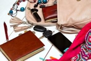 9 lucruri pe care orice femeie trebuie sa le aiba in geanta