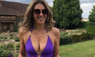 La 52 de ani are un corp de adolescenta! Elizabeth Hurley a pozat topless si a distribuit imaginile pe retelele de socializare - FOTO