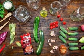 Bucura-te din plin de legumele verii! Retete de castraveti marinati, vinete conservate si lobio din fasole, cu ketchup Torchyn