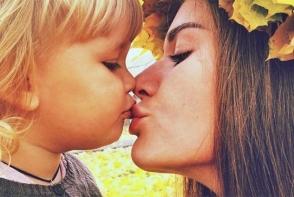 Ce pareri aveti despre mamicile care isi pupa copiii pe buze? Uite ce spun specialistii