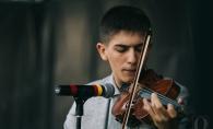 Cel mai bun viorist din nordul Angliei, moldoveanul Iurie Sula, a incantat publicul la Perfect White Party. Vezi cum a interpretat soundtrack-ul filmului