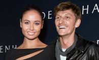 Pavel Volya isi ironizeaza sotia! Vezi cum pozeaza comediantul la plaja - FOTO
