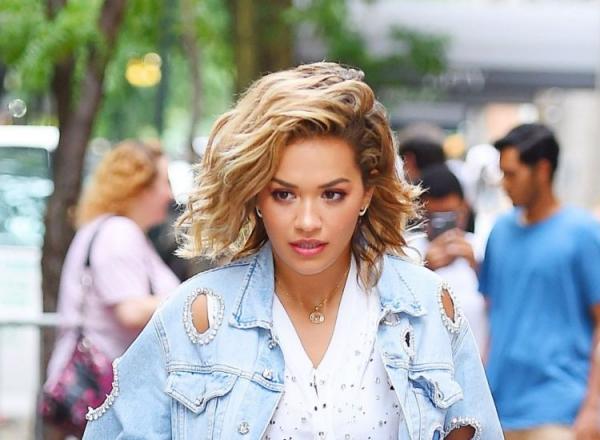 Rita Ora, intr-o fusta de-o palma! Vedeta a facut furori cu aceasta aparitie - FOTO