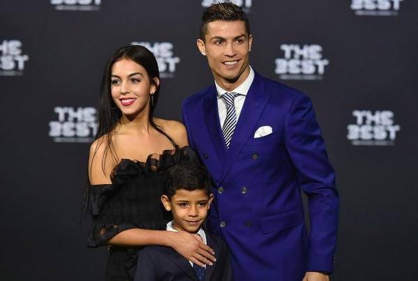 Iubita lui Cristiano Ronaldo, sexy la plaja! Iata cum arata viitoarea mamica - FOTO