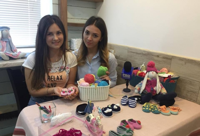 Adora animalele si bebelusii! Vlada Redica confectioneaza botosei pentru copii si isi doreste sa devina medic veterinar - VIDEO