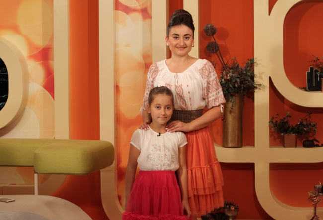"Corina Tepes si fetita sa, in tinute asortate. Smaranda Burlacu, despre vacanta la bunici: ""Fac lucruri pe care acasa nu pot sa le fac."" - VIDEO"