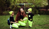 Nu doar mamicile de fetite isi pot asorta tinutele. Liliana Cheianu creeaza tinute inedite pentru ea si baieteii sai - FOTO