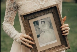 A purtat la propria nunta rochia de mireasa a bunicii sale din 1962. Reactia femeii a fost extrem de emotionanta - FOTO