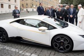 Papa Francisc a primit cadou un Lamborghini Huracan de 200.000 de euro! Ce a facut cand a vazut masina - VIDEO