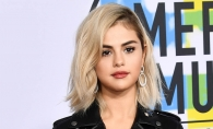 Selena Gomez, look neglijent si rani in genunchi la American Music Awards. Artista trece prin multe schimbari - FOTO