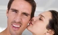 Betisoarele de vata si sarutul pe ureche sunt extrem de periculoase. Iata la ce riscuri te expui - FOTO