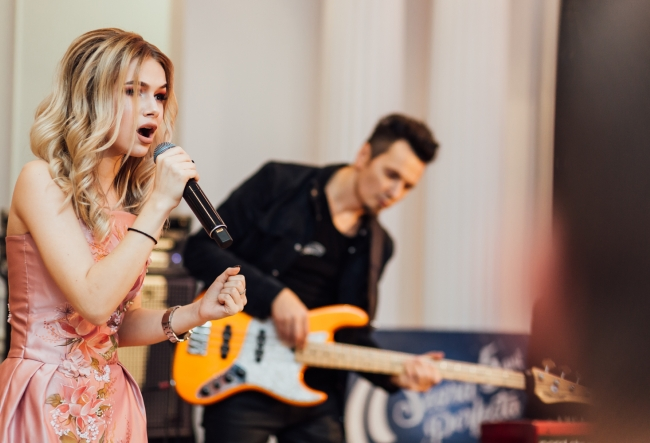 Premiera pentru Eva Timus! Interpreta a cantat o melodie exceptionala, fiind acompaniata de Alex Calancea Band - VIDEO
