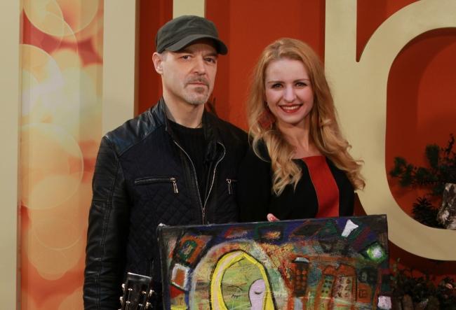 Valeria Barbas este cea care poate sa picteze in petrol, pe sticla, pe pereti, dar si sa cante oarecum altfel. Vezi cum imbina artista, muzica cu pictura - VIDEO