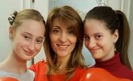 Zici ca sunt surori! Aura si gemenele sale au cantat la un eveniment si au impresionat cu felul in care arata - FOTO