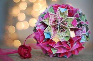 Cu siguranta iti doresti ca pomul tau de Craciun sa arate cat mai frumos si mai deosebit! Foloseste arta origami pentru a confectiona cele mai inedite globulete - VIDEO