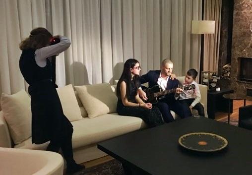 Desi in ultima perioada au aparut foarte rar in public, totusi au acceptat sa fie protagonistii unei sedinte foto in exclusivitate! Iata cum a fost surprinsa frumoasa familie Stratan - VIDEO