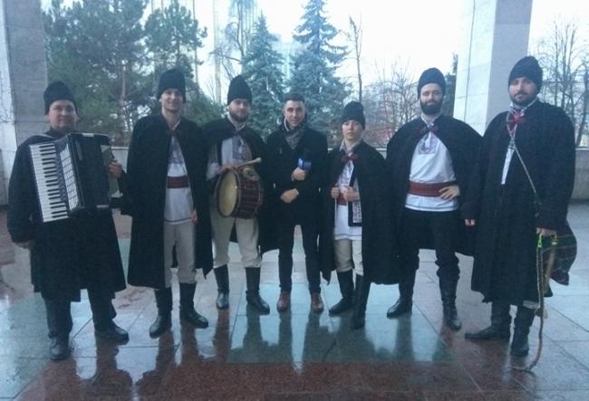 Chiar daca mai sunt cateva zile pana la Revelion, Andrei Nistreanu, deja s-a intalnit cu uratorii! Vezi ce moment impresionant au creat acesti baieti talentati - VIDEO