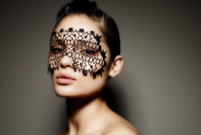 Machiajul dantelat, cel mai nou trend de make-up pentru iarna. Ai purta asa ceva de Revelion? - FOTO