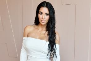 Kim Kardashian a pozat extrem de sexy, doar in bikini. Insa toti au fost atenti la alte detalii - FOTO