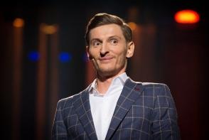 Pavel Volya si-a surprins fanii cu noul sau look. Umoristul s-a tuns chel si a fost comparat cu Fantomas - FOTO